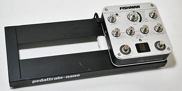 Das Fishman Aura Pedal habe ich mit 3M Dual Lock befestigt. Hält super. Selbst wenn man es abmachen möchte, hat man Probleme. Ging aber dann doch noch.